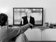 Hållande ögonen på debatt för kandidatsupporter mellan Emmanuel Macron och Royaltyfria Foton