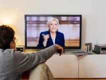 Hållande ögonen på debatt för kandidatsupporter mellan Emmanuel Macron och Arkivbilder