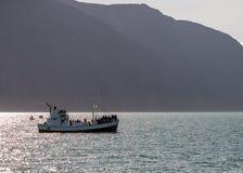 Hållande ögonen på fartyg för val med passagerare som ut går Husaviken för waching av puckelryggvalet iceland royaltyfria bilder