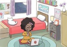 Hållande ögonen på film för svart flicka och äta i hennes sovrum Royaltyfri Fotografi
