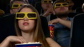 Hållande ögonen på film för ung flicka på bion 3D: thriller arkivfilmer