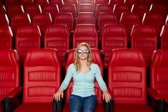 Hållande ögonen på film för ung kvinna i teatern 3d Fotografering för Bildbyråer