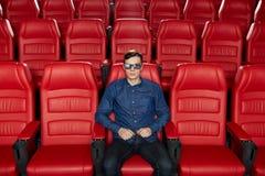 Hållande ögonen på film för ung man i teatern 3d Fotografering för Bildbyråer