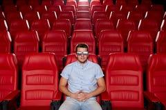 Hållande ögonen på film för ung man i teatern 3d Royaltyfria Bilder
