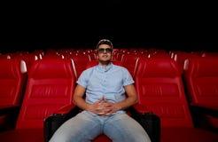 Hållande ögonen på film för ung man i teatern 3d Royaltyfria Foton