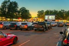 Hållande ögonen på filmer i den öppna luften i en parkeringshus i staden i arkivbilder