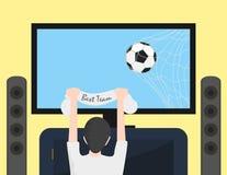 Hållande ögonen på fotboll för fotbollsfan på TV Boll i netto på TVskärmen Arkivbilder