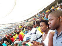 Hållande ögonen på fotboll på stadion Arkivbild