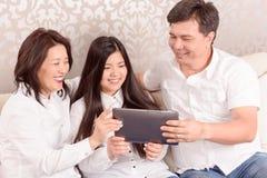 Hållande ögonen på foto för familj på minnestavlan Arkivbilder