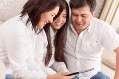 Hållande ögonen på foto för familj på minnestavlan Arkivfoton