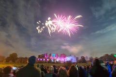 Hållande ögonen på fyrverkeri för folk på brasan 4th av November beröm, Kenilworth slott, Förenade kungariket Royaltyfri Foto