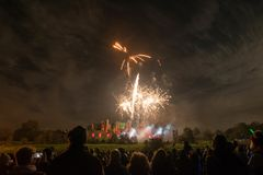 Hållande ögonen på fyrverkeri för folk på brasan 4th av November beröm, Kenilworth slott, Förenade kungariket Arkivbild