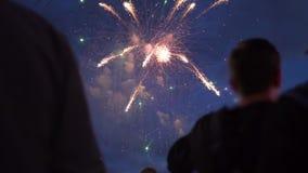 Hållande ögonen på fyrverkerier för folkmassa på natten arkivfilmer