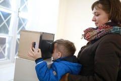 Hållande ögonen på glidbanor för familj i stereoskop royaltyfria bilder