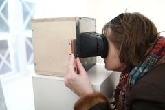 Hållande ögonen på glidbanor för kvinna i stereoskop arkivbilder