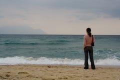Hållande ögonen på hav för kvinna Royaltyfria Foton