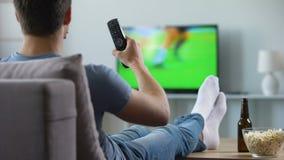 Hållande ögonen på inspelning för sportfan av den felande fotbollsmatchen, modern smart tvteknologi arkivfilmer