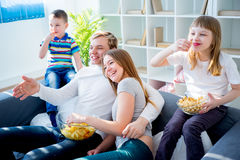 Hållande ögonen på komedi för familj arkivfoton