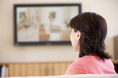 hållande ögonen på kvinna för television Royaltyfria Bilder
