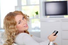 hållande ögonen på kvinna för tv Royaltyfria Bilder