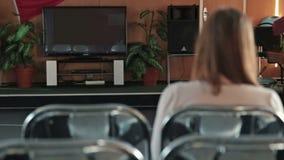 hållande ögonen på kvinna för tv arkivfilmer
