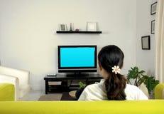hållande ögonen på kvinnor för television Arkivfoton