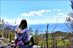 Hållande ögonen på landskap för flicka Royaltyfria Bilder