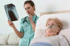Hållande ögonen på röntgenstrålefotografi för doktor Arkivbilder