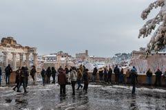 Hållande ögonen på Roman Forum med snö royaltyfri fotografi