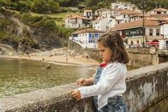 Hållande ögonen på seascape för flicka som vilar i väggen grensle royaltyfri fotografi