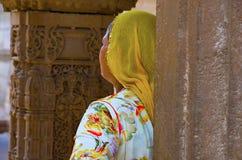 Hållande ögonen på skulpturer för kvinna i Adalaj Ni Vav Stepwell eller Rudabai Stepwell Ahmedabad Gujarat, Indien arkivfoto