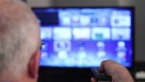 Hållande ögonen på smart tv stock video