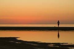 Hållande ögonen på solnedgång för flicka Arkivbilder