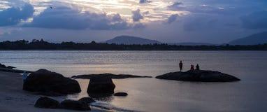 Hållande ögonen på solnedgång för folk på Queensstranden, Bowen Arkivbilder