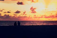Hållande ögonen på solnedgång för vän på havet Royaltyfri Fotografi