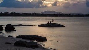 Hållande ögonen på solnedgång på Queensstranden, Bowen Royaltyfri Bild