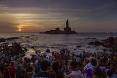 Hållande ögonen på soluppgång för folk på kanyakumaritamilnaduen Indien Royaltyfri Fotografi