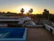 Hållande ögonen på soluppgånganseende på egyptiskt övredäck för kryssningskepp royaltyfria bilder