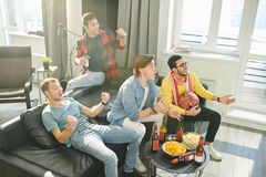 Hållande ögonen på sportlek på TV arkivfoton
