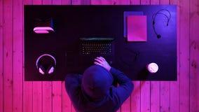 Hållande ögonen på ström för gladlynt förtjust man Någon som segrar dataspelen royaltyfri bild
