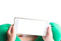Hållande ögonen på tecknad film för liten flicka på mobila enheten Arkivfoton