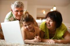 Hållande ögonen på tecknade filmer med mina morföräldrar ballerina little Arkivfoton