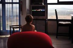 Hållande ögonen på television Arkivfoto