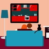 Hållande ögonen på televisionsammanträde för par och för katt på soffan i rummet Royaltyfri Foto