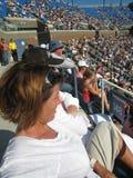 Hållande ögonen på tennis för folk Arkivfoto