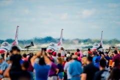 Hållande ögonen på Thunderbirds för folkmassa på landningsbana Fotografering för Bildbyråer
