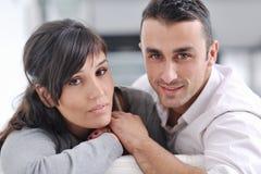 Hållande ögonen på tv för avkopplade unga par hemma Royaltyfri Bild
