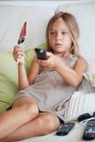 Hållande ögonen på tv för barn Arkivbild