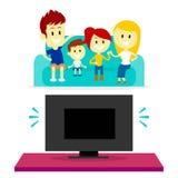 Hållande ögonen på TV för familj tillsammans Royaltyfria Bilder