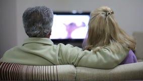 Hållande ögonen på TV för höga par stock video